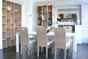 Bibliothek in Pastell oak mit Micron-Lack snow-white