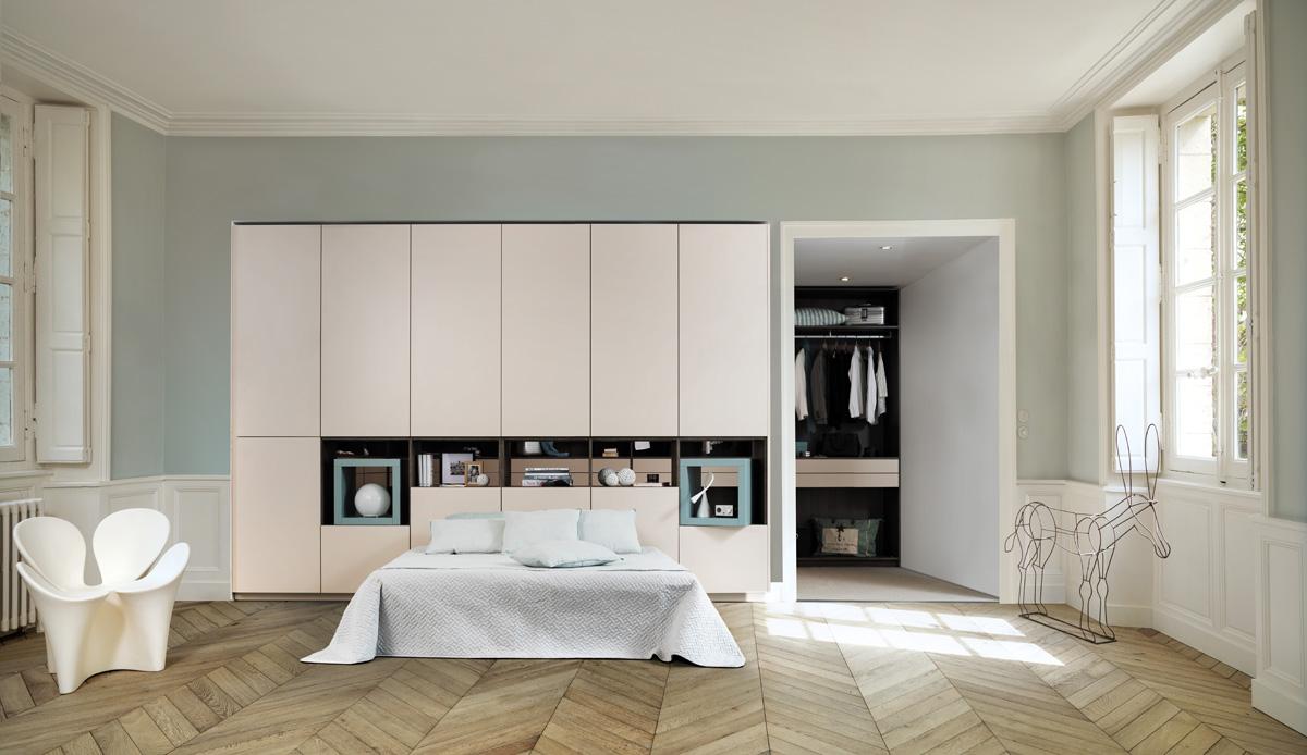 schlafzimmer mit dezent versteckter ankleide schmidt. Black Bedroom Furniture Sets. Home Design Ideas