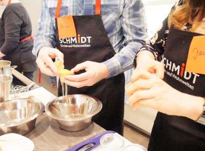 geschäftiges Werkeln in der Küche bei Schmidt