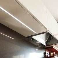 LED Lichtleiste im Boden der Hängeschränke
