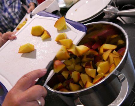 Vorbereitungen für die fruchtige Soße